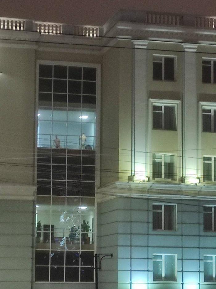 Голые мужчины в окнах здания правительства Удмуртии