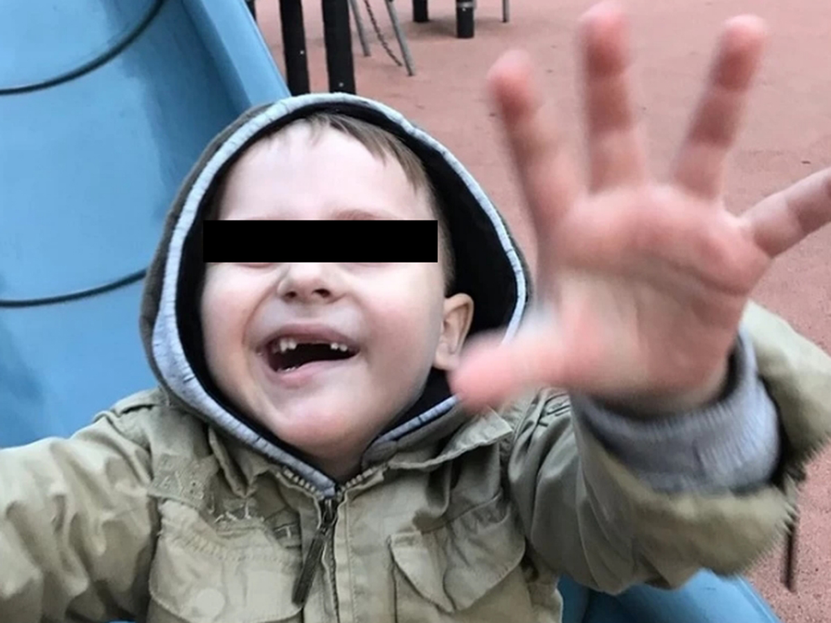 Лицо ребенка с ухмылкой