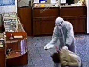 На Кубани неизвестные в костюмах химзащиты ограбили ломбард под гимн России