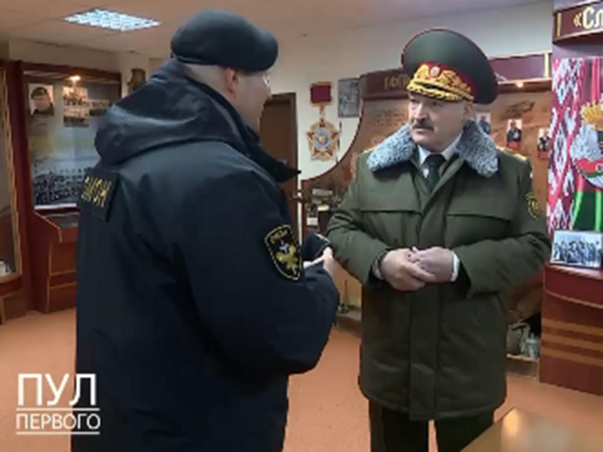 Лукашенко вручили черный берет ОМОН