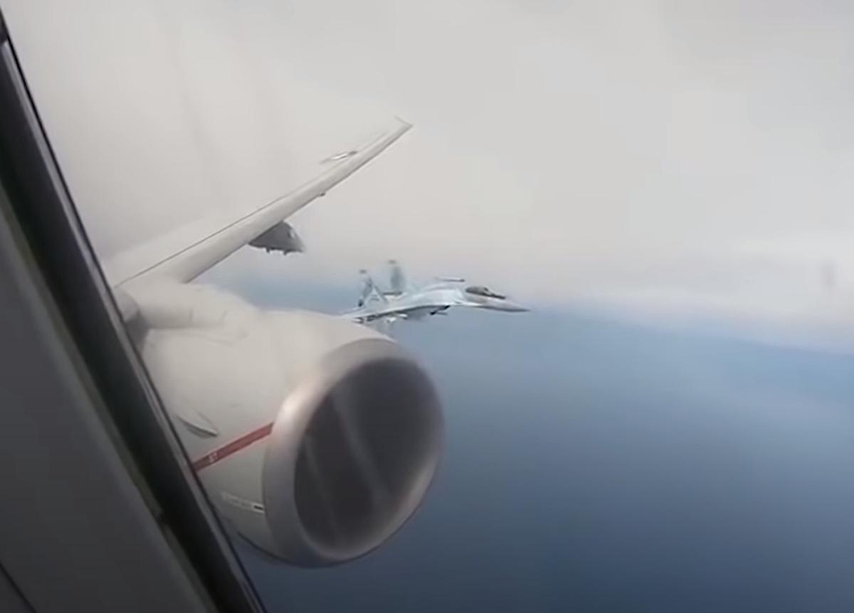 Опасный маневр Су-35