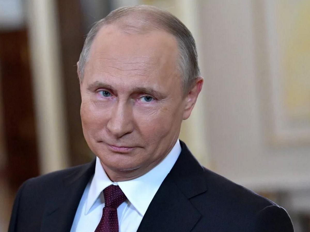 В Сети показали, как Путин в своем возрасте обходится без очков
