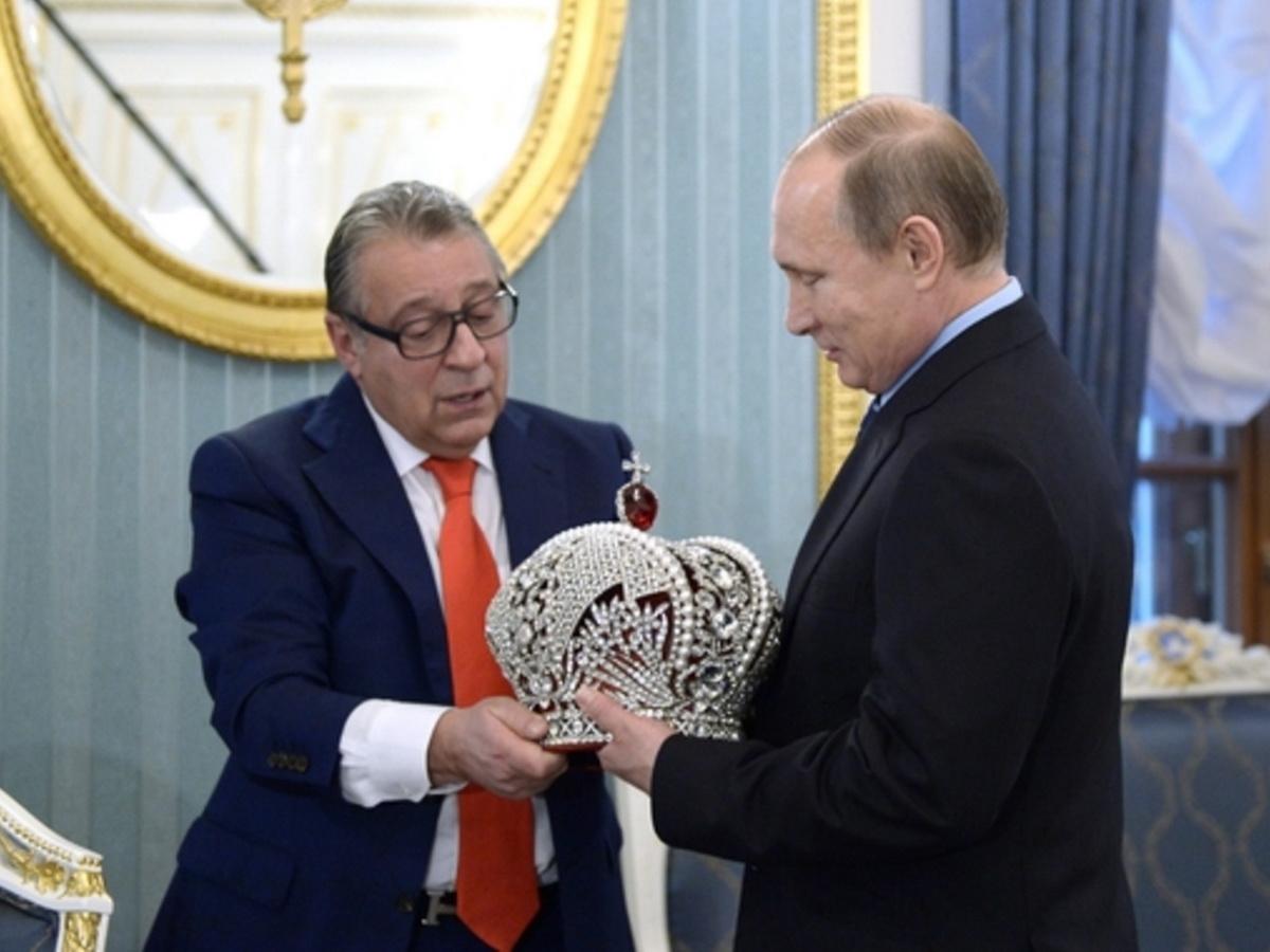 Путин с короной