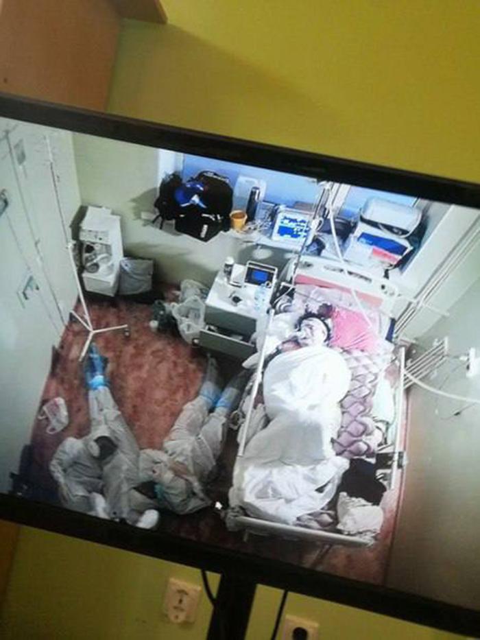 Студенты уснули на полу возле пациента