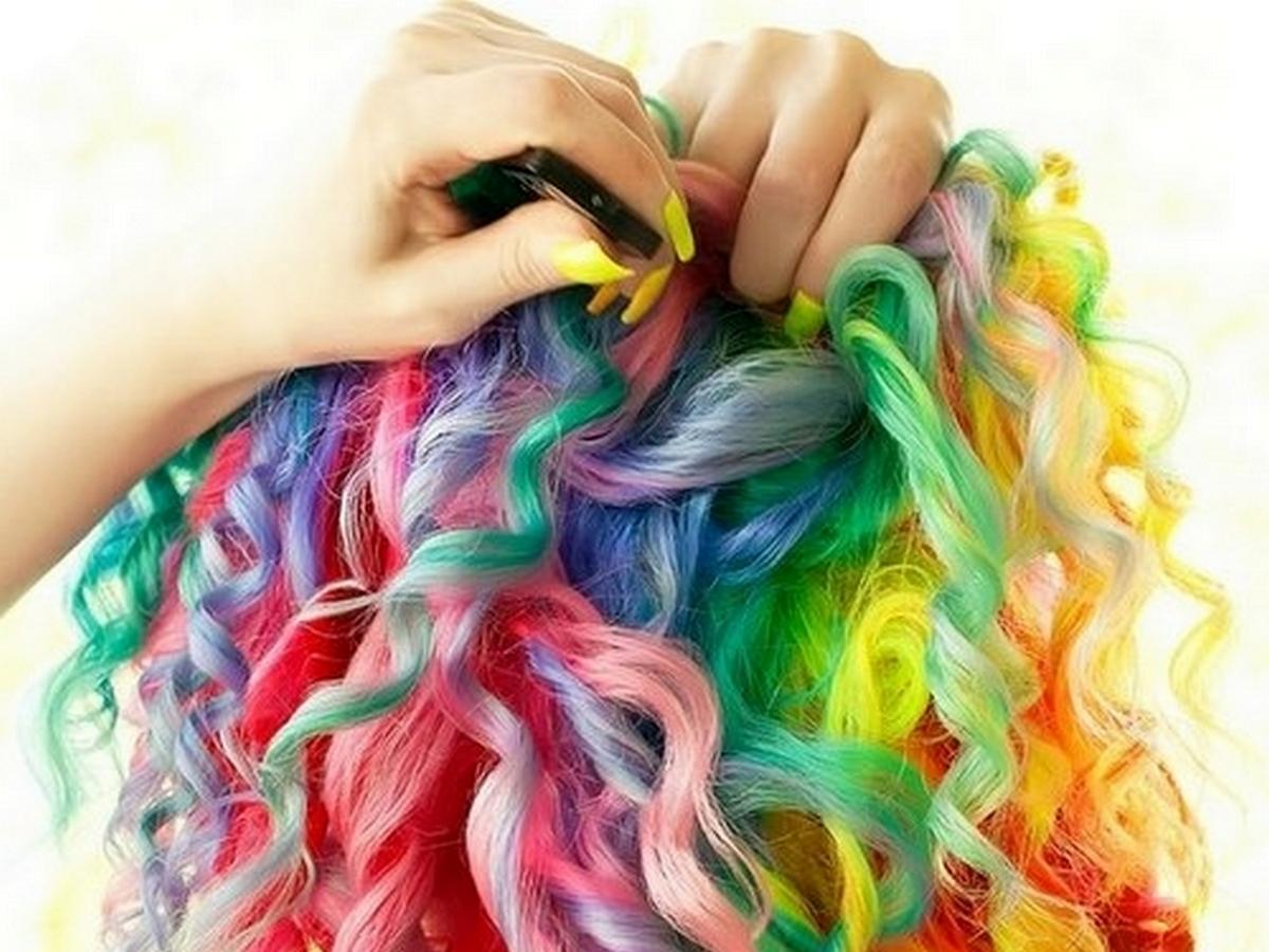 Блогерша собрала 3 млн просмотров, покрасив волосы с помощью Skittles
