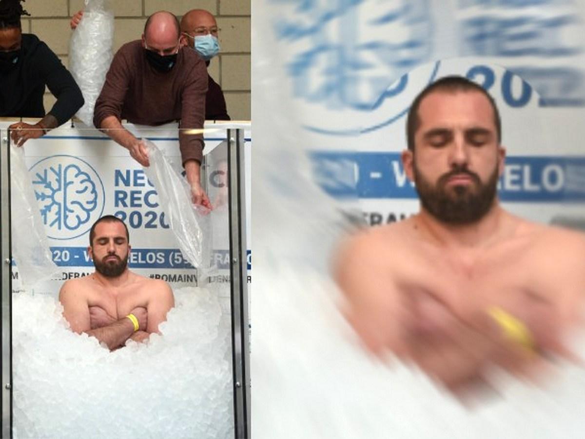 Француз ради благотворительности простоял во льду более 2,5 часов