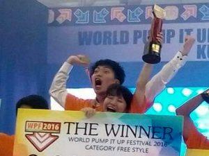Чемпион мира по танцевальным играм вместе с супругой рекламирует аркадные автоматы