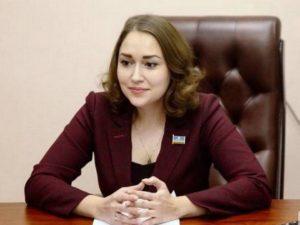 Декольте якутского министра отвлекло депутата от заседания