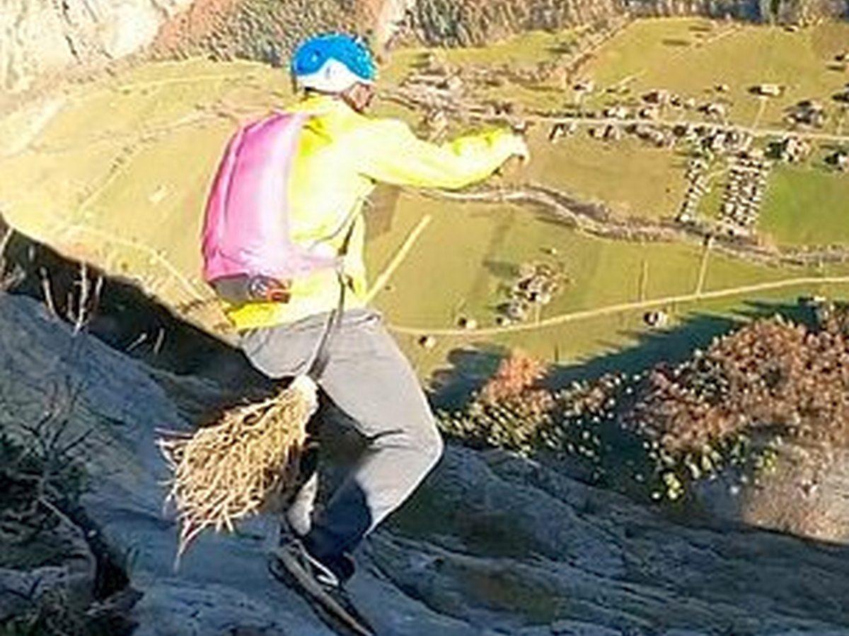 Бейсджамперы синхронно сиганули с горы с мётлами