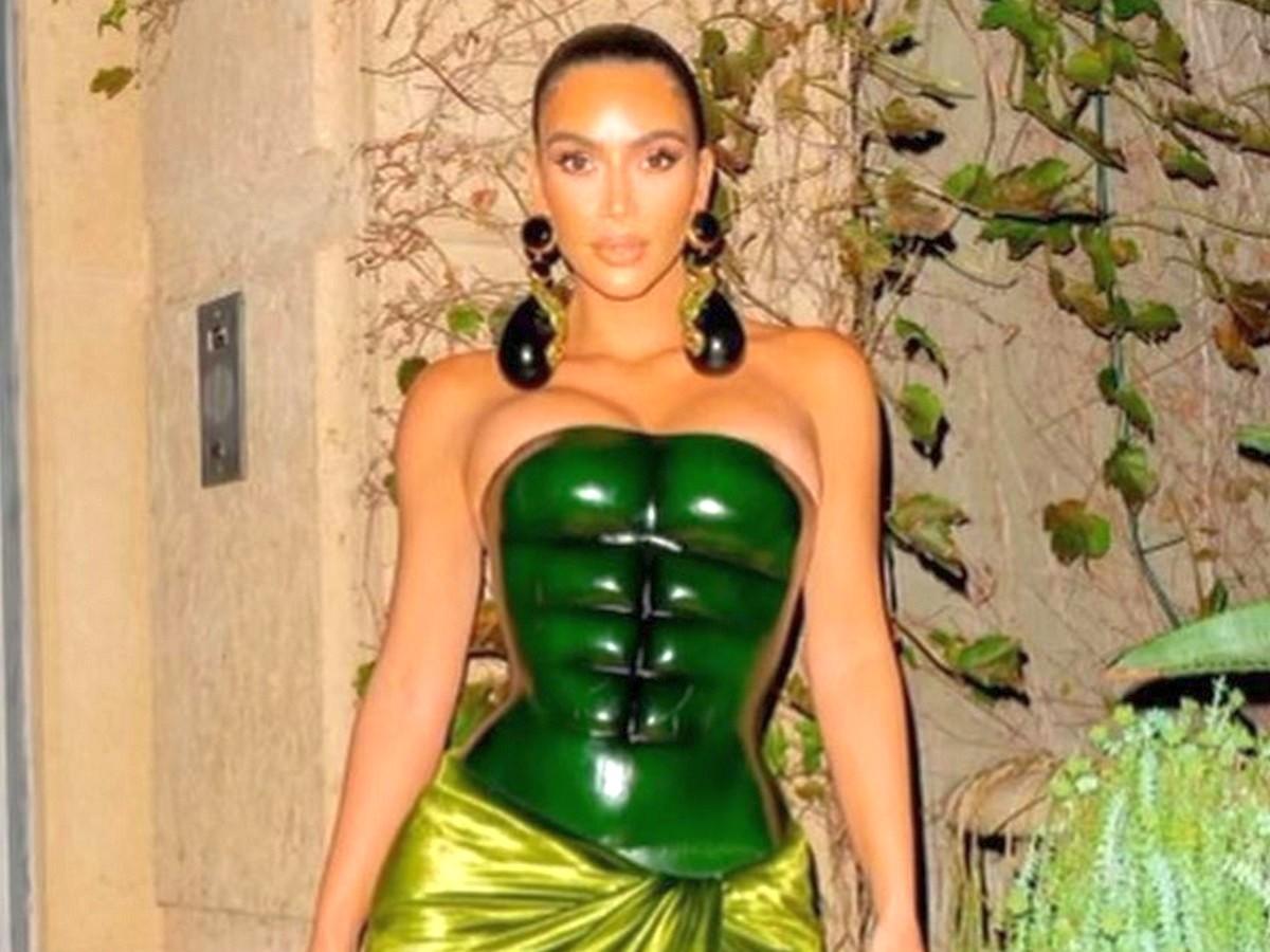 Ким Кардашьян с искусственным прессом собрала около 4 млн лайков