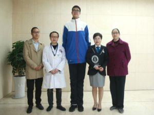 Рост самого высокого подростка в мире - 220 сантиметров