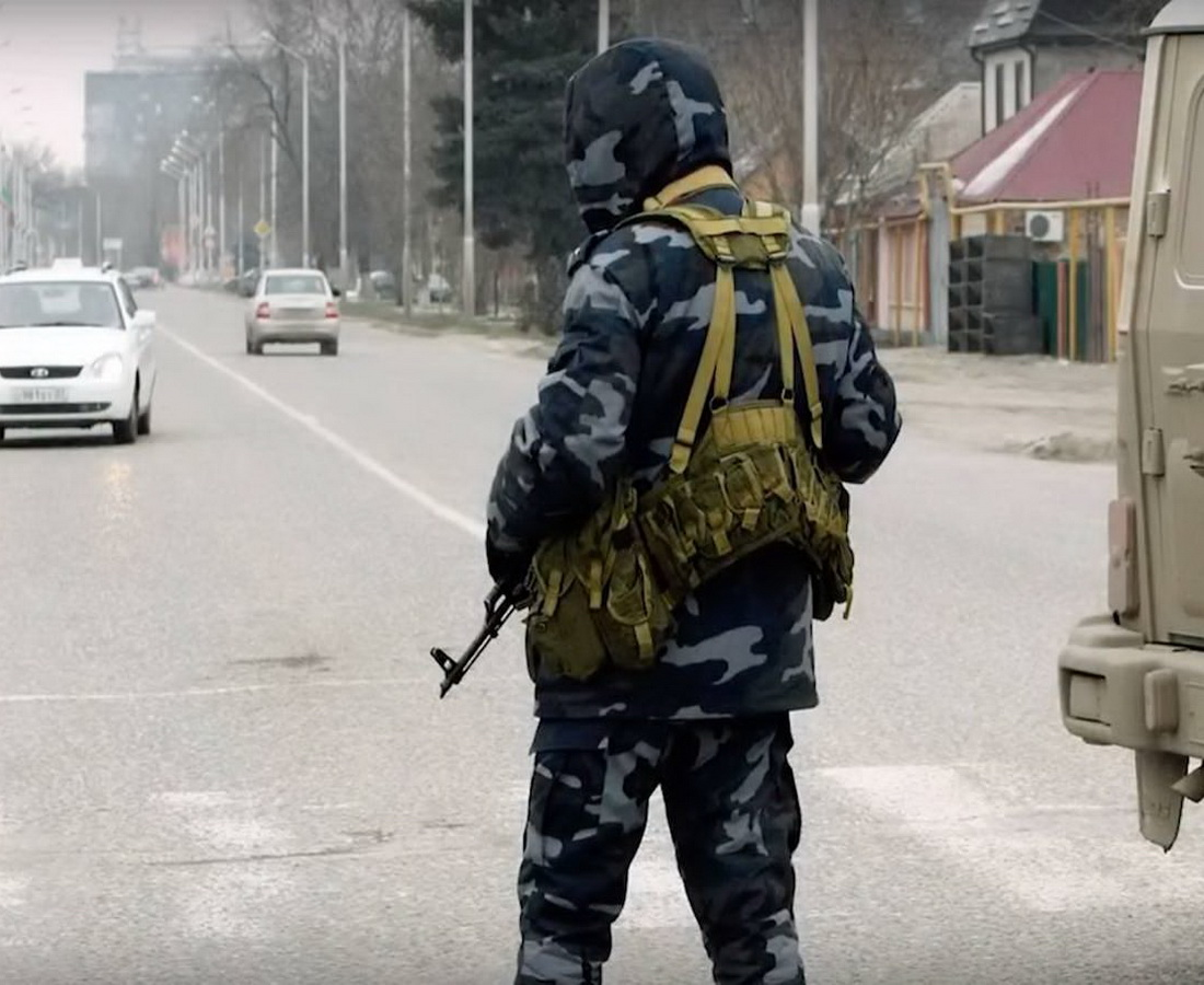 В Чечне злоумышленники бросили взрывное устройство в сотрудников полиции