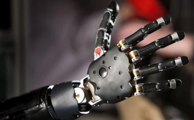 """Парализованному мужчине имплантировали роборуки и сняли эксперимент на видео (ВИДЕО) Парализованному мужчине имплантировали роборуки и сняли эксперимент на видео Ученые провели специальные обучающие курсы для парализованного пациента, который теперь управляет своими роботизированными руками с помощью мозга. Роберту Хмилевски парализовало конечности после несчастного случая практически 30 лет назад. В 2018 году он дал согласие на участие в эксперименте и в ходе 10-часовой операции ему имплантировали в мозг пластину с микроэлектродами. Задача электродов – считывать моторные сигналы и стимулировать сенсорную кору. Благодаря их работе мужчина пользуется своими роборуками. Кстати, он может не просто управлять ими, но и ощущает то, к чему прикасается. Всего за несколько месяцев Робер научился работать роборуками и сейчас он, например, мастерски использует нож и вилку за обедом. По словам разработчиков, постепенно список действий с участием роборук будет расширяться. Парализованному мужчине имплантировали роборуки и сняли на видео """"Наша конечная идея – достичь такой степени совершенства, чтобы обладатель роборук ощущал, что делает, как человек с """"родными"""" руками, не глядя почесывающий затылок, обнимающий близкого человека, завязывающий шнурки, – рассказал один из нейробиологов – Франческо Теноре."""