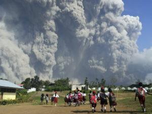 В Индонезии тысячи людей спасаются бегством после извержения вулкана