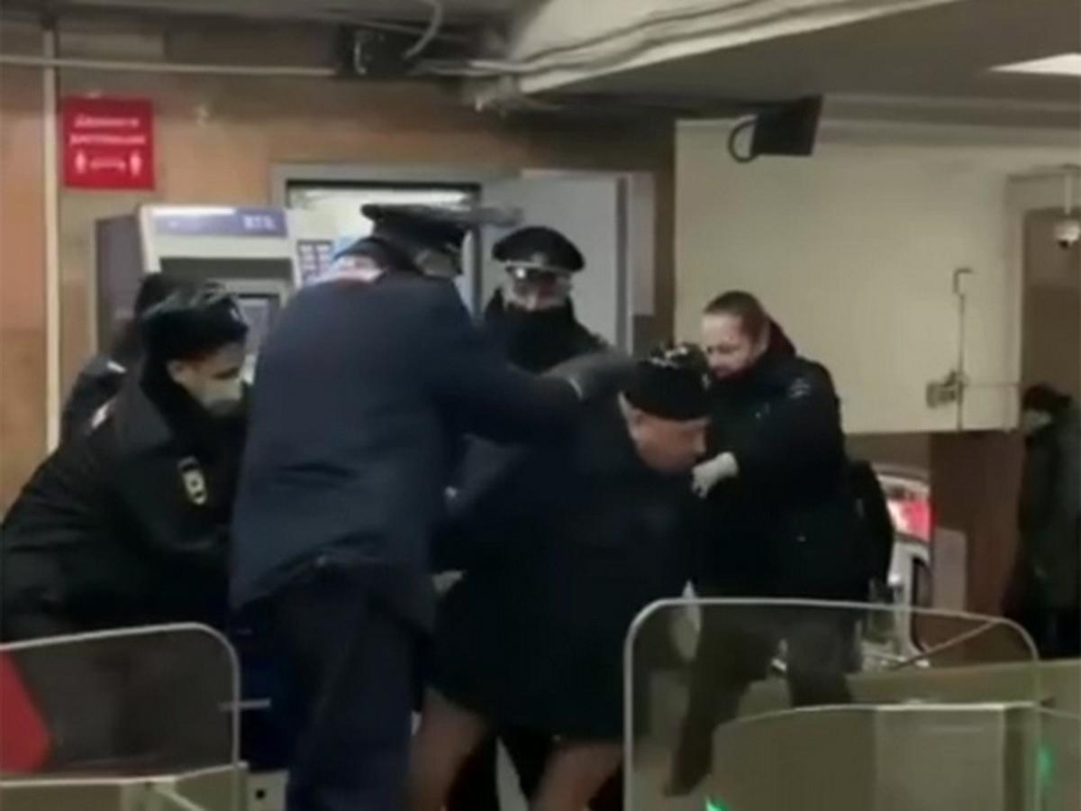 Задержание буйного пассажира московского метро попало на видео