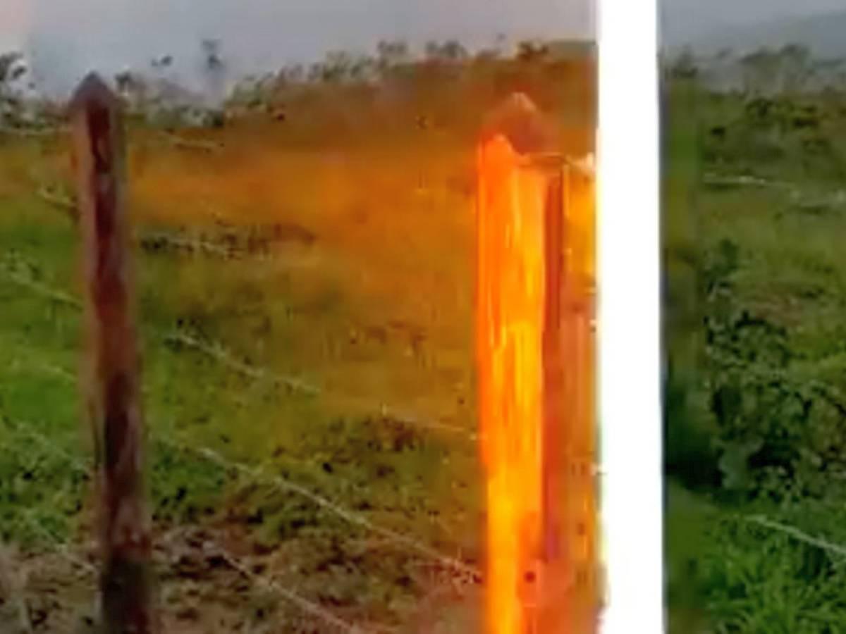 Мужчина чудом не пострадал, сняв на видео молнию, ударившую рядом