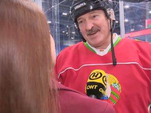 В Сети появилось видео поцелуя Лукашенко с девушкой