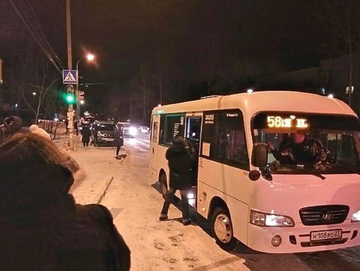 Водитель маршрутки в Хабаровске отобрал у школьницы шапку и выгнал на мороз