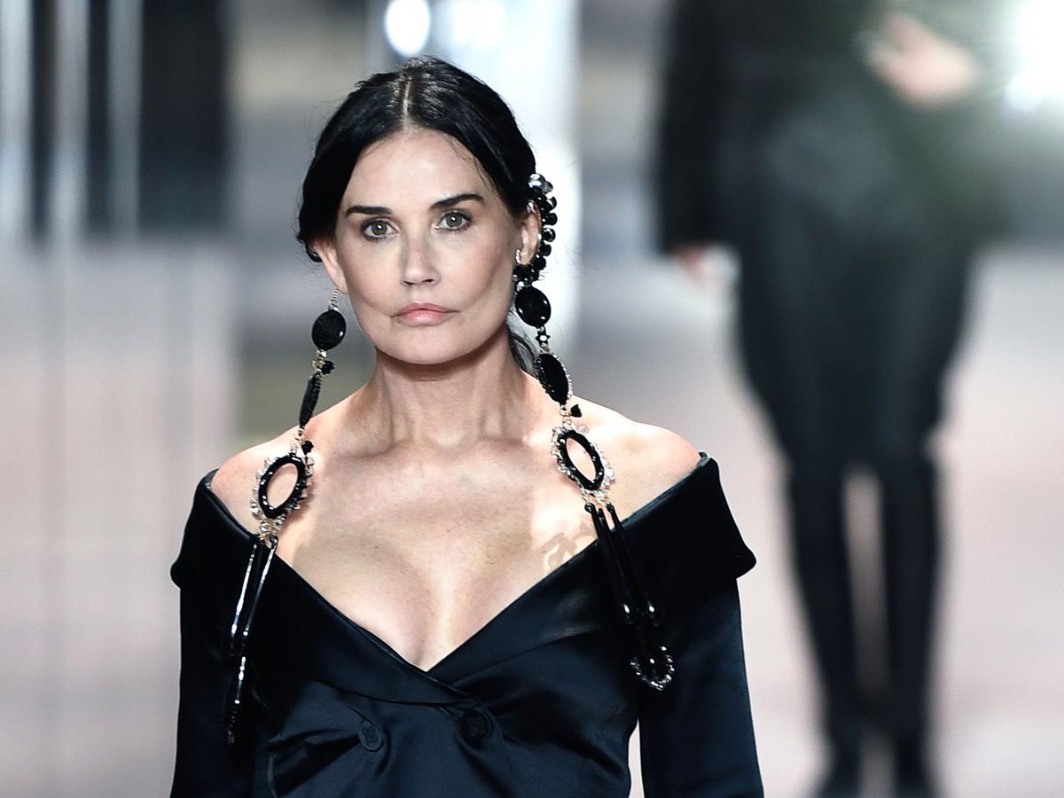 Обезображенная пластикой Деми Мур вышла на подиум в Париже