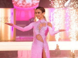 Бузова стала объектом насмешек в Сети за обнажающее ягодицы платье