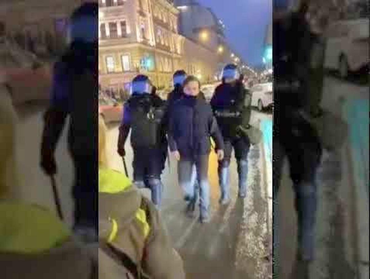 В Госдуме потребовали возбудить уголовное дело против силовика, пнувшего женщину