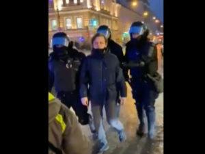 Полицейский пнул в живот женщину