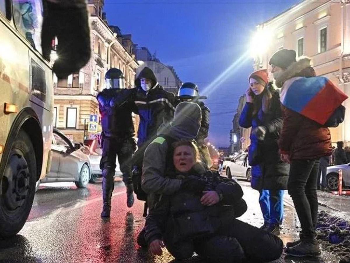 Получившая ногой в живот от полицейского на митинге в Петербурге решила обратиться в СК