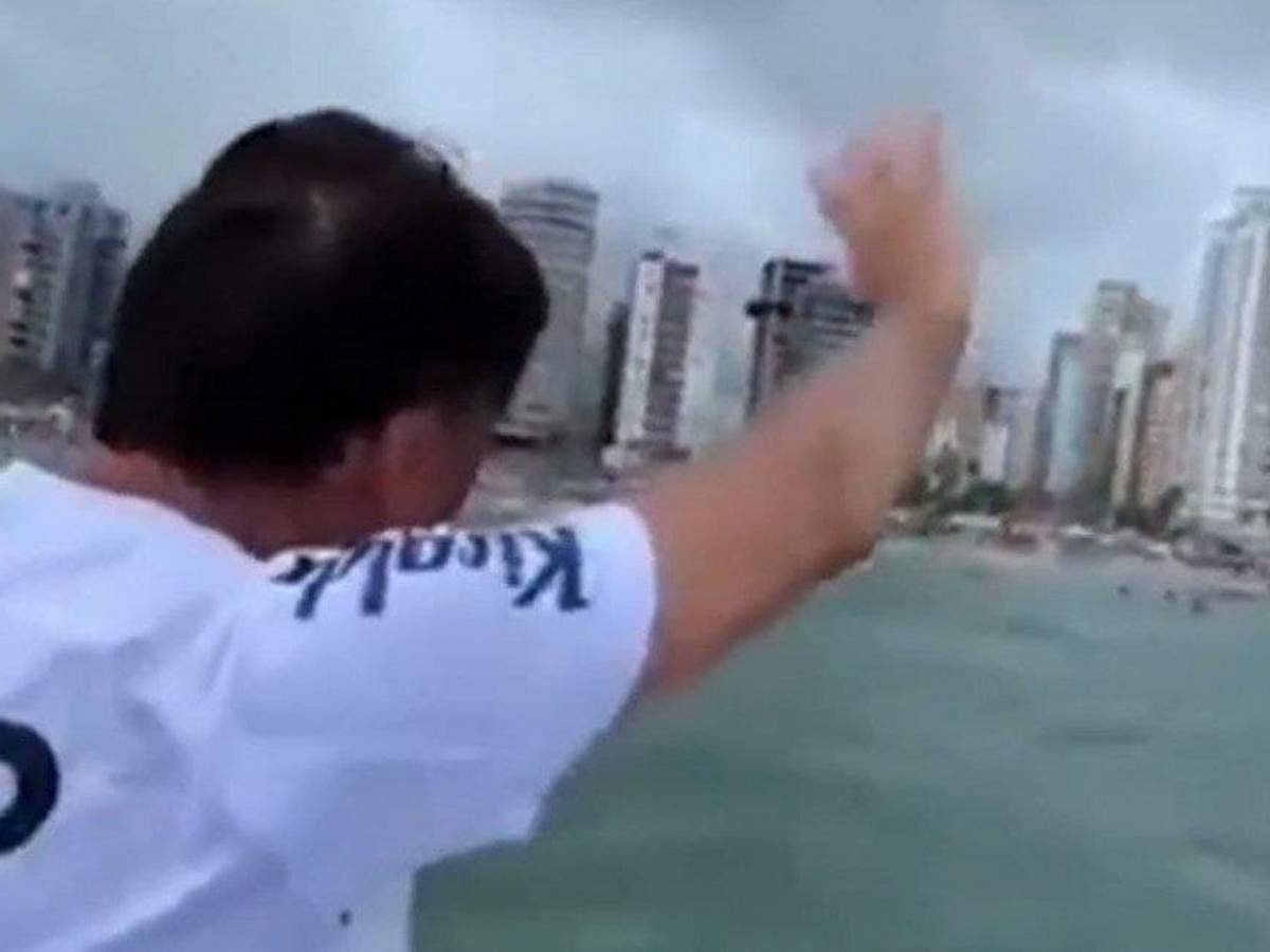 Президент Бразилии поплыл к отдыхающим с катера