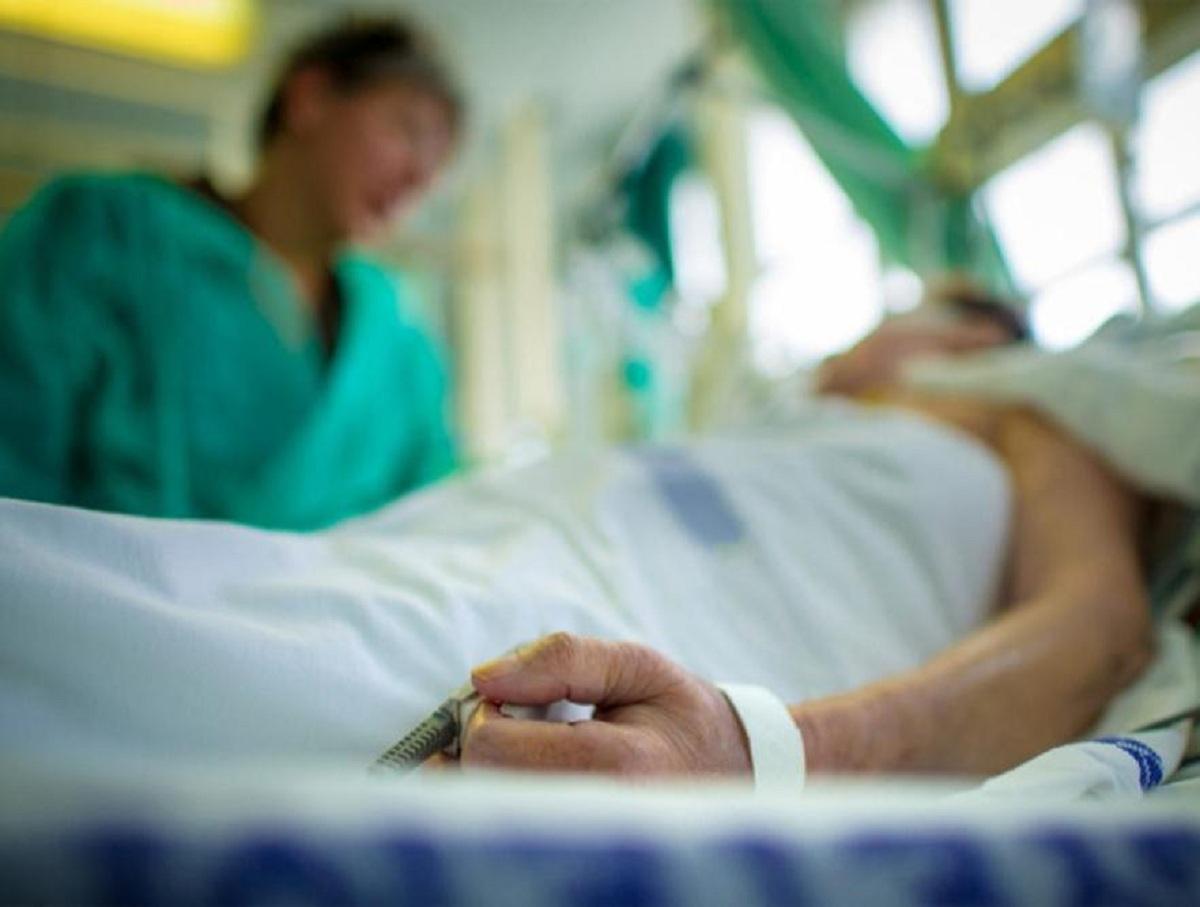 Пенсионер, узнавший о смерти жены от COVID-19, покончил с собой в больнице