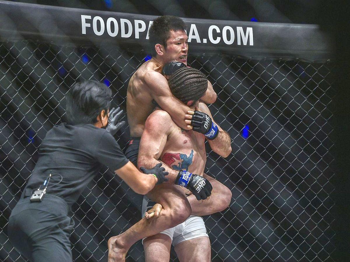 Боец ММА вынудил соперника сдаться, запрыгнув ему на спину