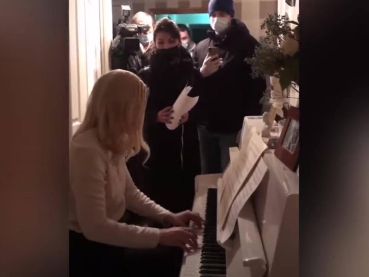 Анастасия Васильева играет на рояле