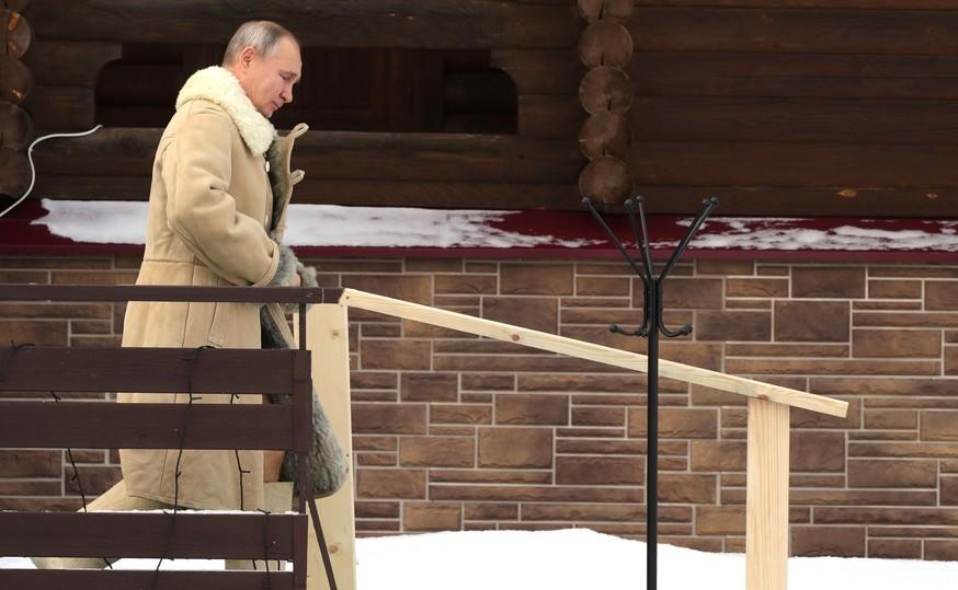 Владимир Путин в синих трусах окунулся в крещенскую прорубь