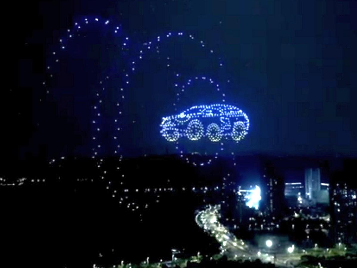 Тысячи дронов составили в небе новенький Volkswagen