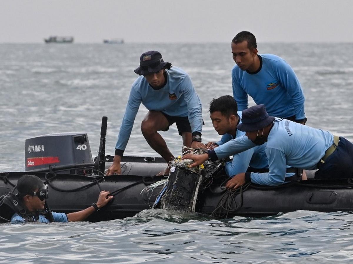 Потерпевший крушение индонезийский Boeing разбился при ударе о воду