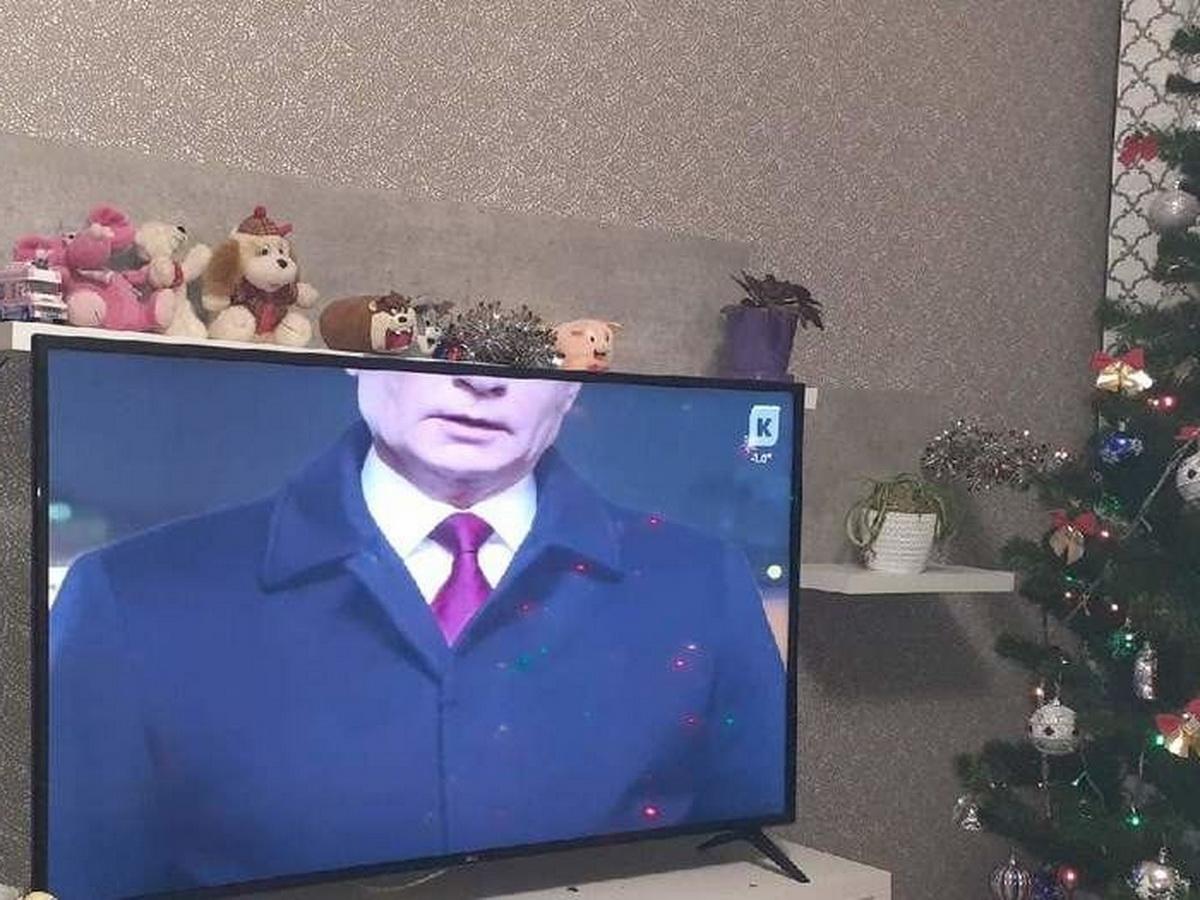В Калининграде показали новогоднее обращение с обрезанным Путиным