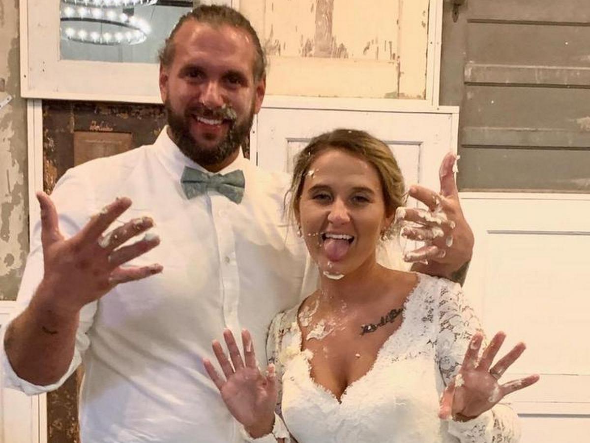 Жених на свадьбе запустил торт в лицо невесте