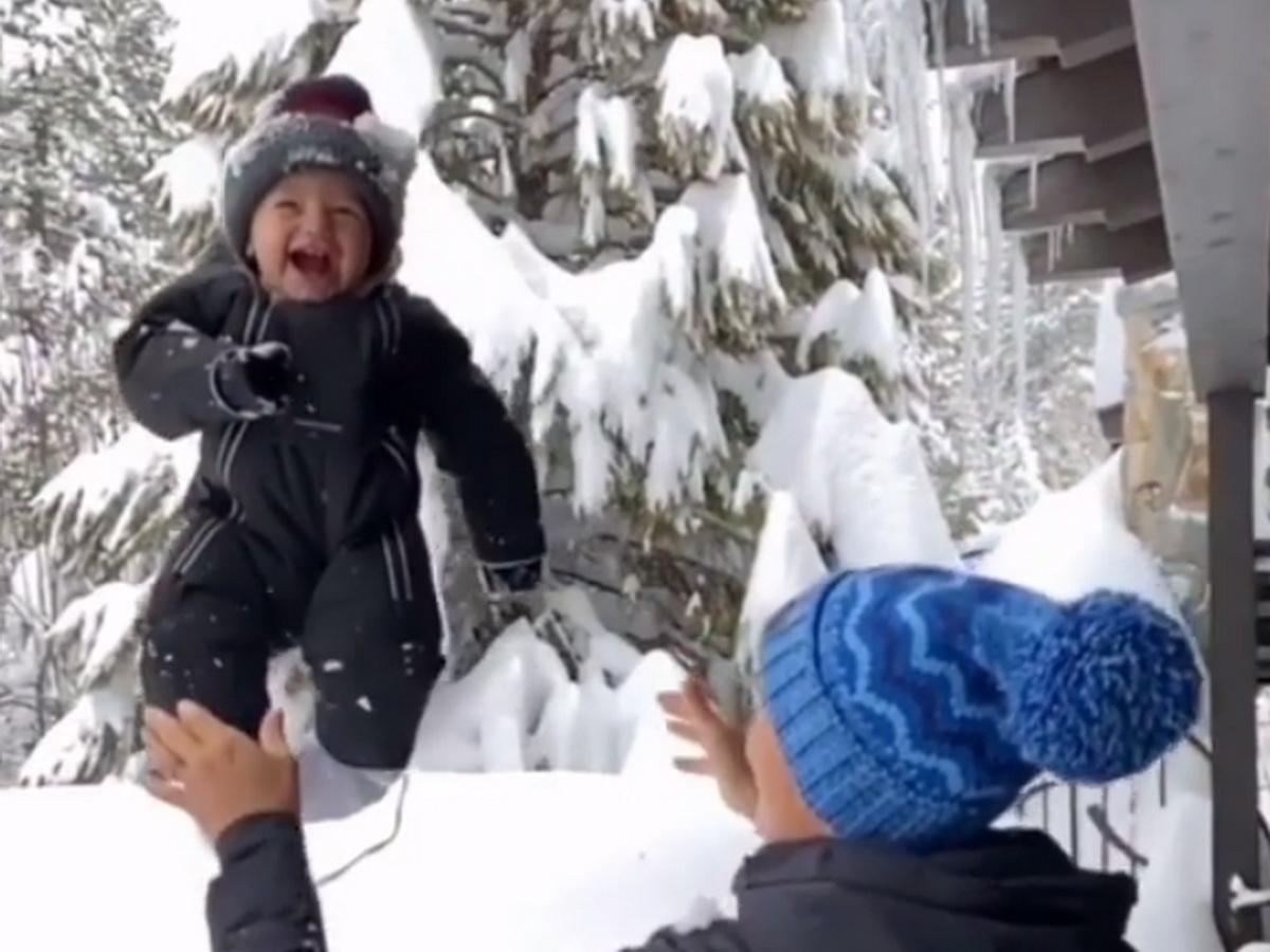 Мать бросила ребенка в снег