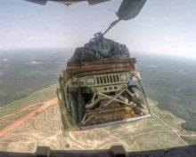 Видео о том, как американцы десантируют внедорожники с высоты, собрало миллионы просмотров
