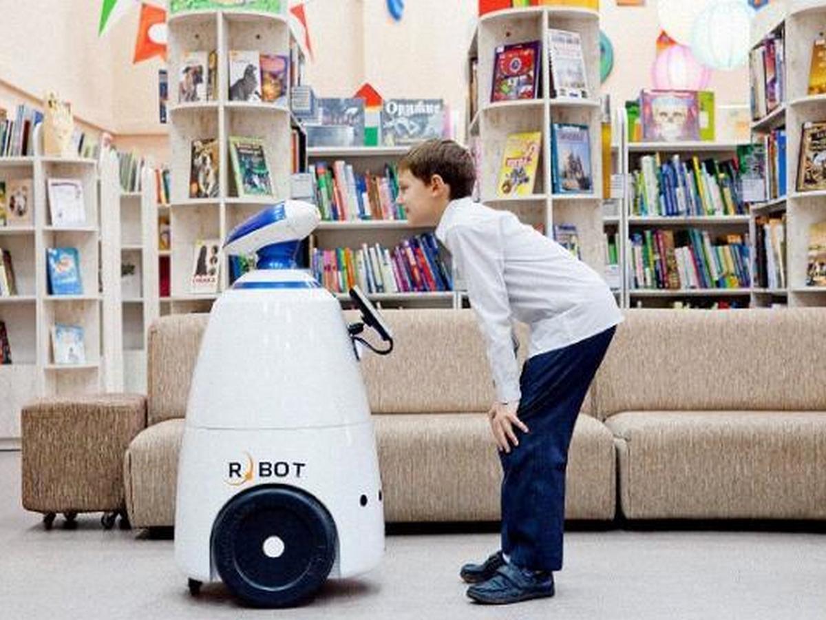 В Сети обсуждают ссору роботов в китайской библиотеке