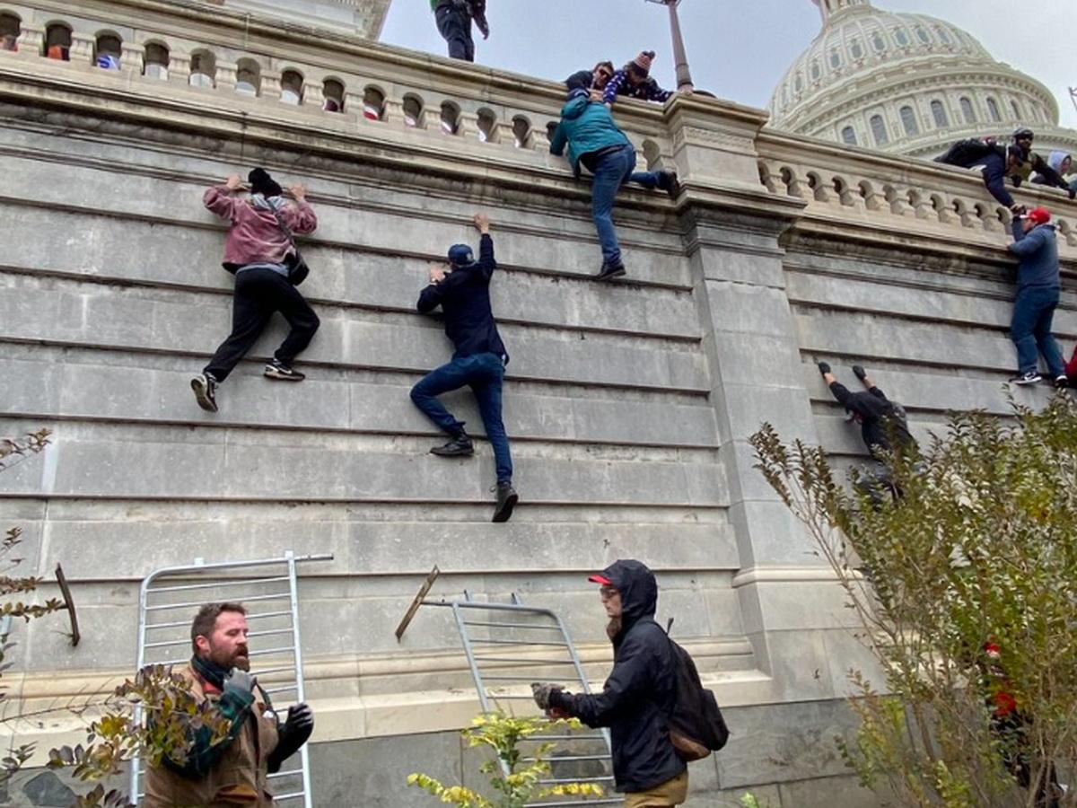 Трамп отказался признать поражение на выборах: его сторонники взяли штурмом Конгресс США – есть раненые (ВИДЕО)