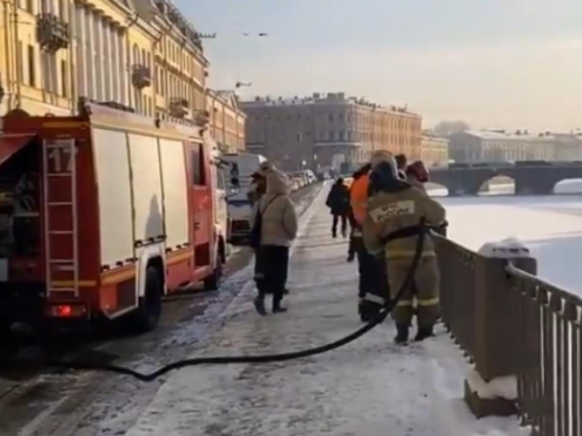 Надпись Навальный на льду Фонтанки