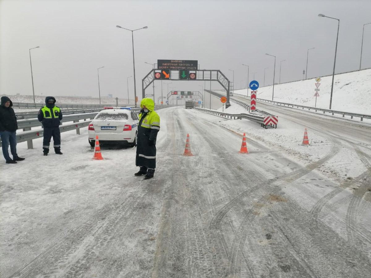 Гигантскую пробку на Крымском мосту сняли на видео
