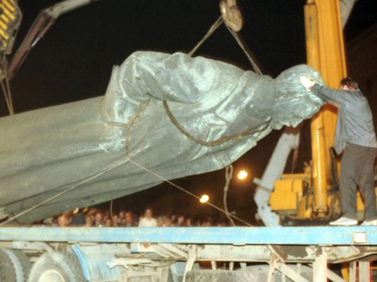 Гоблин, Проханов и Прилепин просят вернуть на Лубянку памятник Дзержинскому