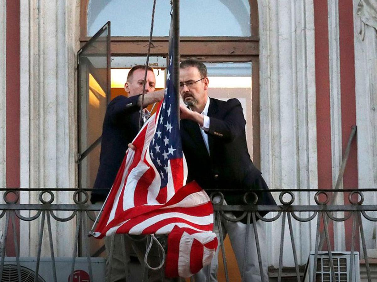 ИноСМИ: дипломаты США в России попросили привить их «Спутником V»