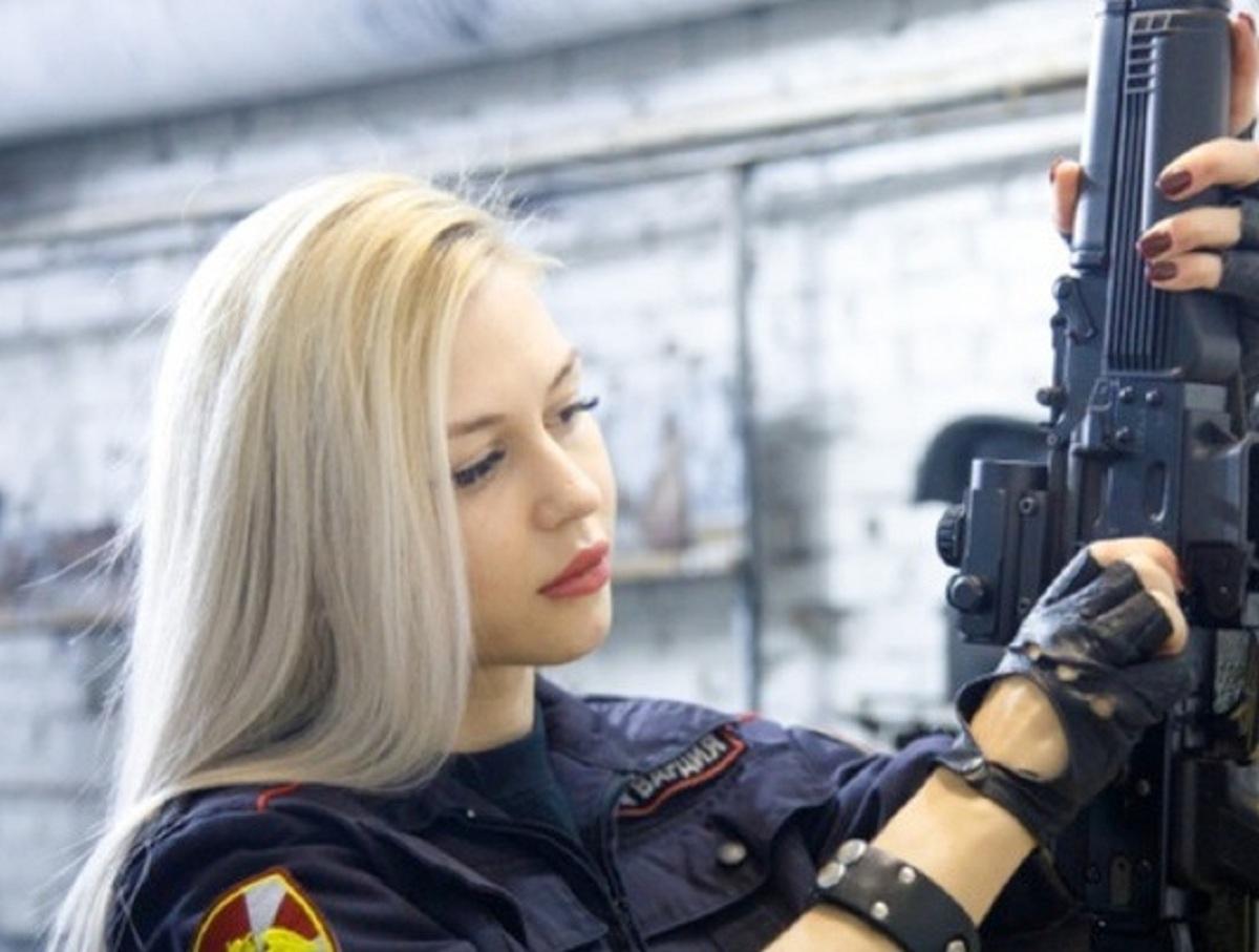 Краса Росгвардии, уволенная из-за фото, требует 1 млн рублей от начальства