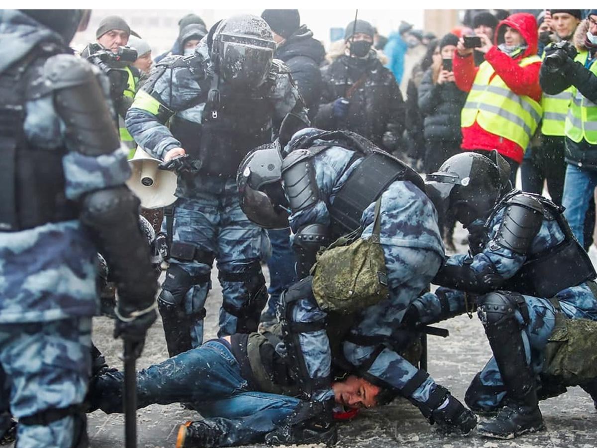Кремль отказался признать задержание россиян на несанкционированных акциях репрессиями
