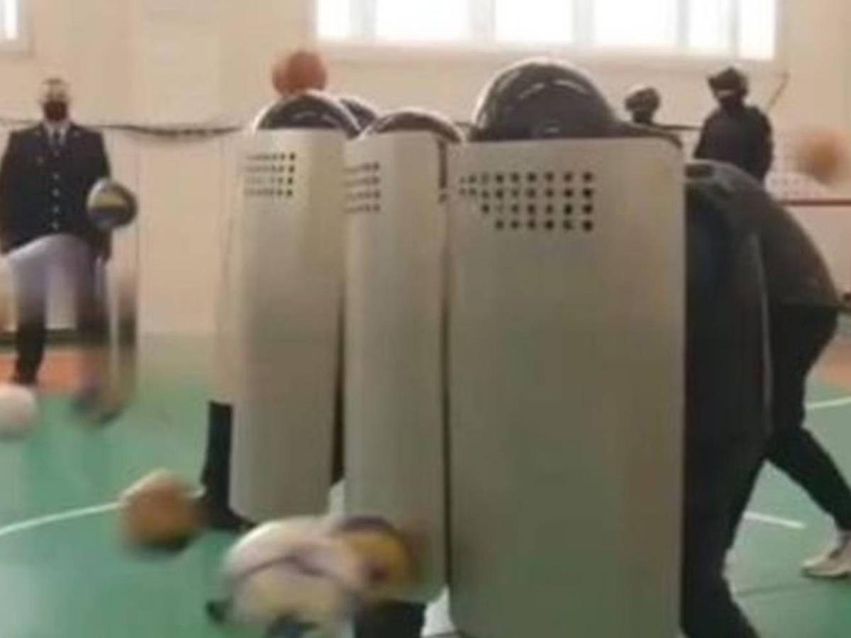 МВД наказало полицейских за имитацию акции протеста в школе Нижневартовска