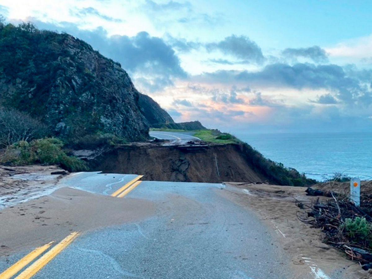 В Калифорнии в океан смыло 50-метровый участок шоссе