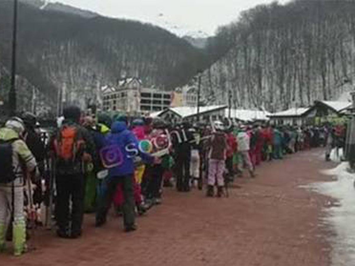 Огромная «пробка» из отдыхающих на горном курорте в Сочи попала на видео