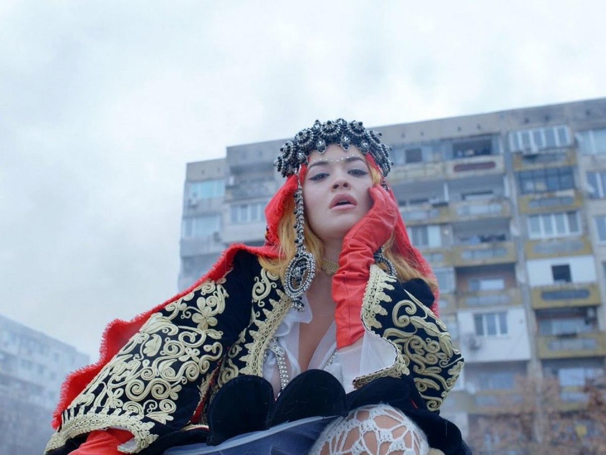 Рита Ора собрала около миллиона просмотров, снявшись на фоне советских многоэтажек